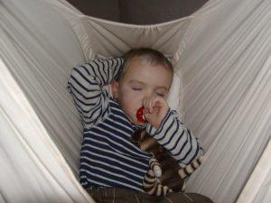 Skøn søvn for en halvstor gut i slyngevugge